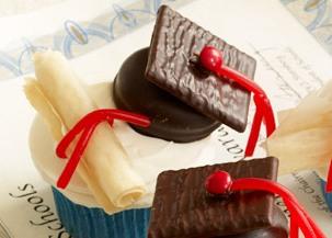 hero-caps-and-diplomas-cupcakes